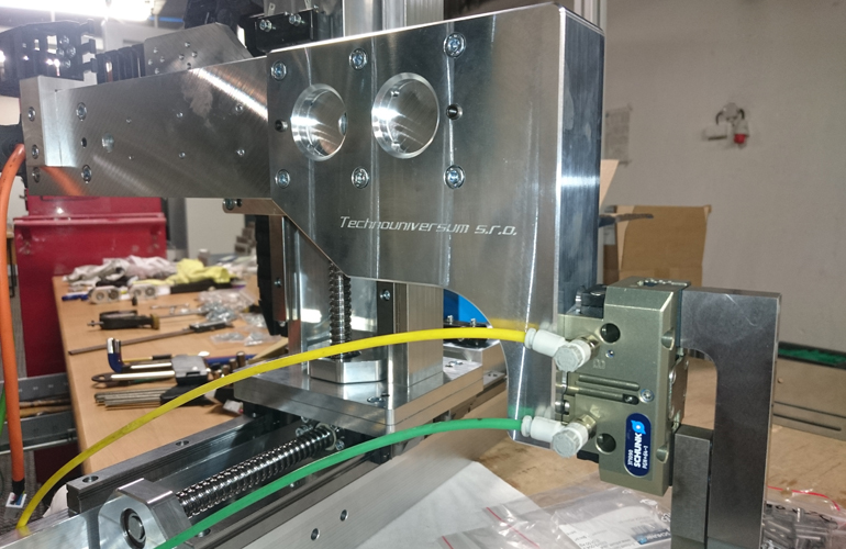 mounting of the triaxial manipulator